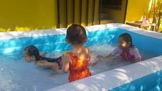 Ank2 lg pada berenang d rumah