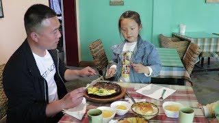农村小女孩第一次吃牛排,左手拿叉右拿手刀,吃的有模有样