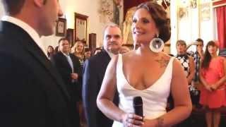 Невеста поет жениху у алтаря. Свадьба в самом старом городе Испании