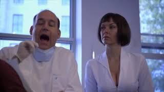 Медсестра показала как надо открыть рот поциента