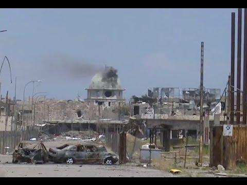 """بي بي سي ترصد قصف القوات العراقية قناص """"داعش"""" داخل مسجد في الموصل القديمة"""