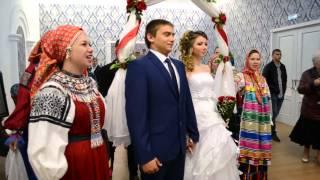 Бутурлиновских молодоженов обрядовыми песнями русской свадьбы поздравил коллектив