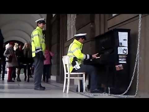 Чешская полиция играет на фортепиано в Праге.