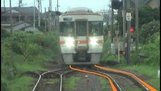 列車交換でポイントを分岐する列車が接近する六軒駅で停車中の紀勢本線上りキハ25形の前面展望