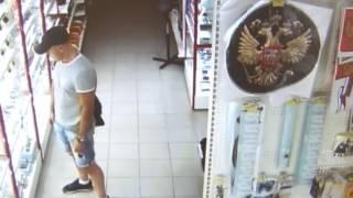 Курянин вскрыл витрину магазина и украл авторегистраторы прямо перед объективом видеокамеры