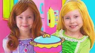 Alice Pretender princesas y juegan con cocina de juguetes