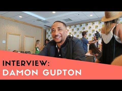 COMIC CON 2018 | Damon Gupton talks Bill Henderson in 'Black Lightning' streaming vf