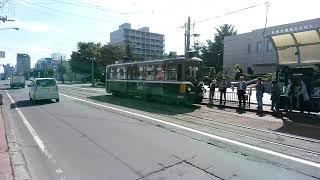 札幌市電M101形 中央図書館前電停を発車