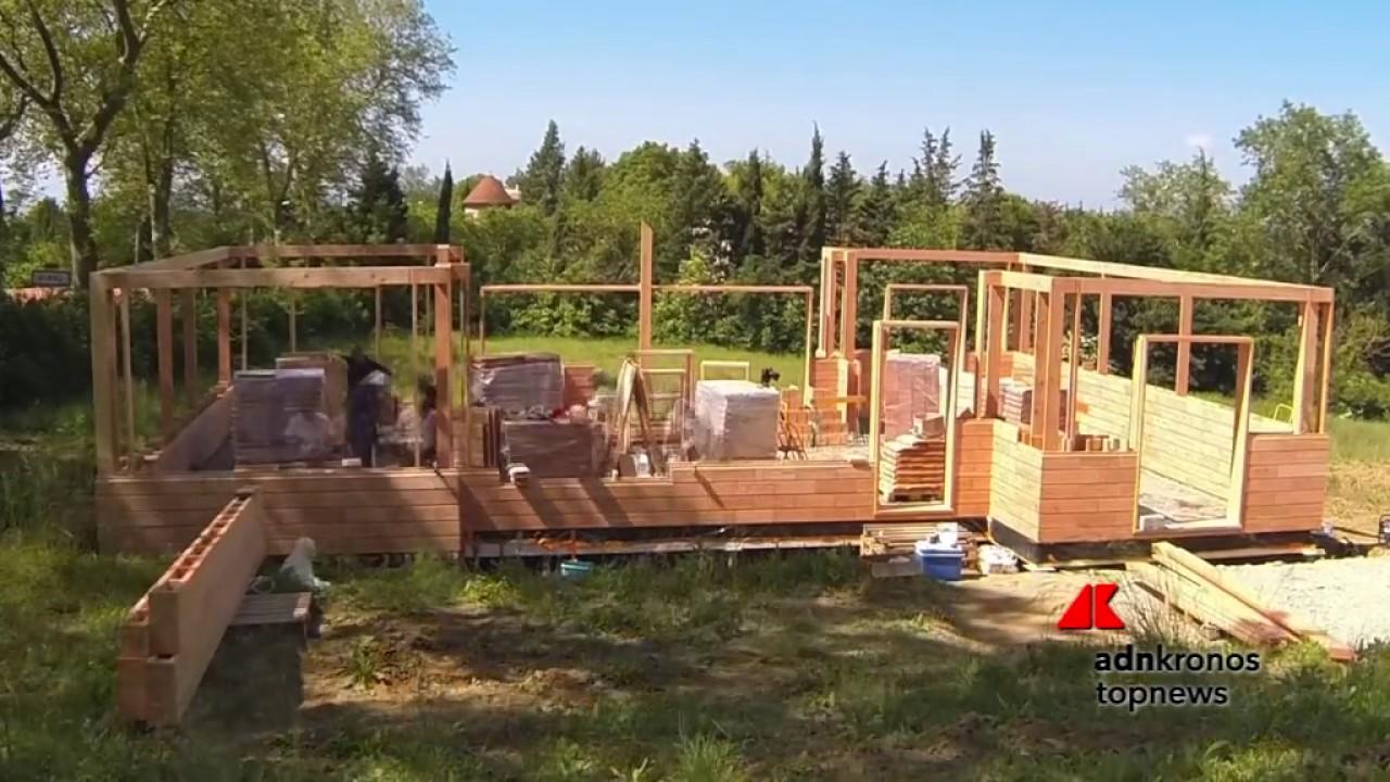 Una casa ecologica costruita con mattoni di legno youtube for Casa moderna con tetto in legno