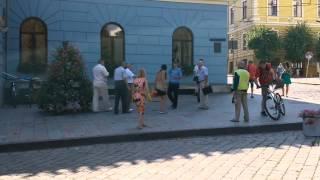 Девушка в Черновцах разбила стекло в горсовете.. Накипело..(, 2015-08-13T07:58:48.000Z)