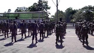 Soldados sendo surpreendidos na entrega das Boinas Pretas