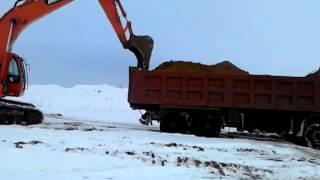 Экскаватор выталкивает большой китайский грузовик видео с телефона(, 2012-04-16T16:32:23.000Z)
