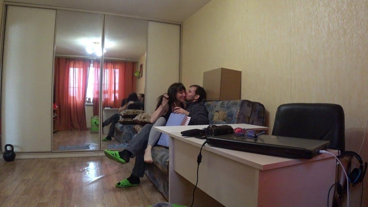 skritaya-kamera-ofis-stol-zhena-risuet-fontanom-porno-video