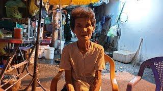 Cụ bà 74 tuổi đi lạc từ Quảng Nam vào Sài Gòn, nhiều năm tá túc trước mái hiên nhà dân