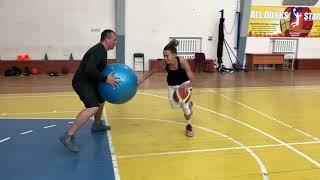 Видео урок: обыгрывание защитника с фитболом