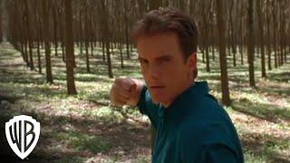 Mortal Kombat - Scorpion battles Johnny Cage.