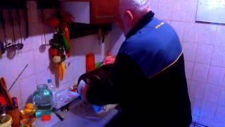 Скумбрия горячего копчения в квартире на кухне(Это видео создано с помощью видеоредактора YouTube (http://www.youtube.com/editor) Купил замороженную скумбрию. Разморозил..., 2014-02-26T00:10:56.000Z)