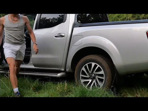4X4 Navara Spinning Tires Stuck In Mud Pickup Embourbé Boue Nissan Frontier