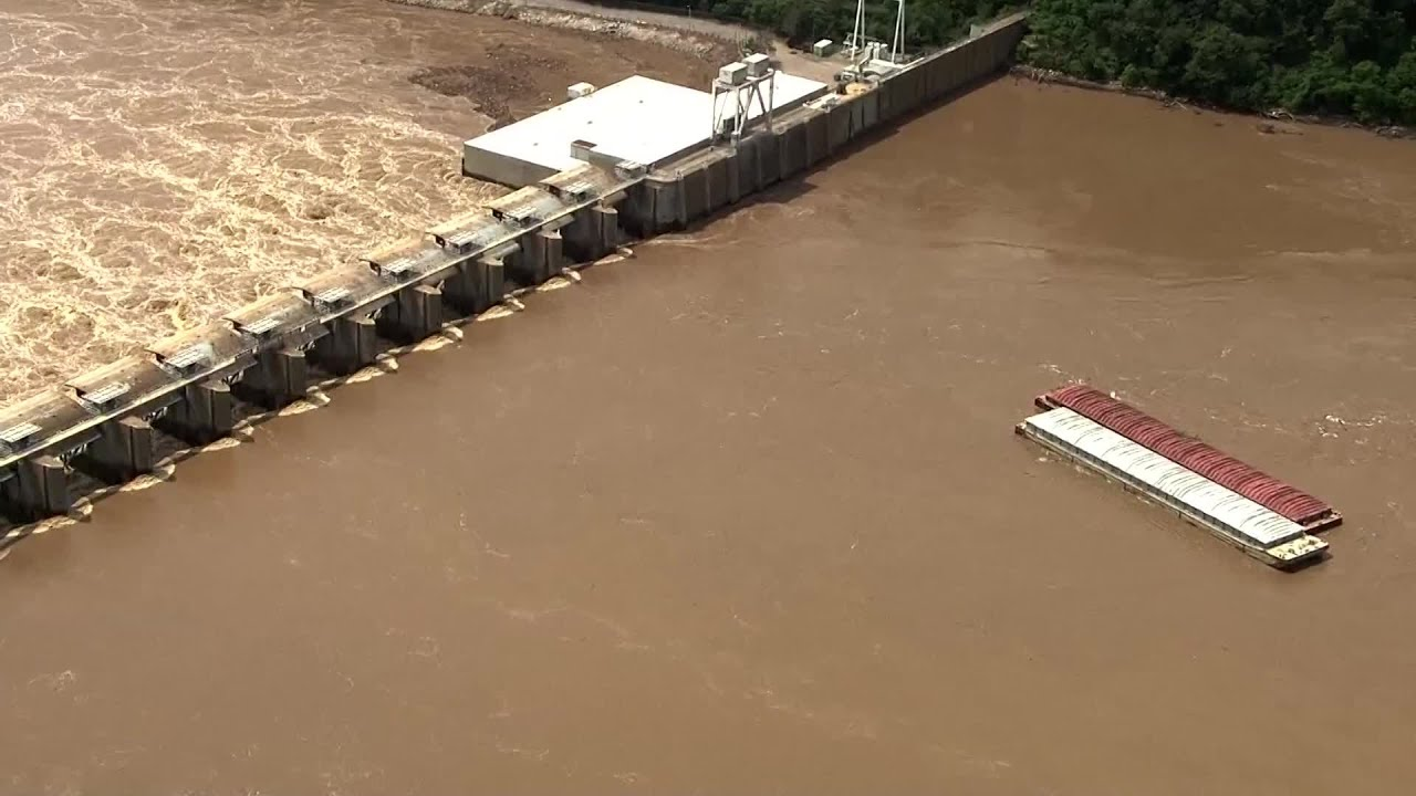 Barges hit Oklahoma dam on Arkansas River - YouTube