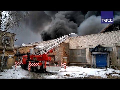 Двое пожарных пропали при тушении цеха по производству перчаток в Иванове
