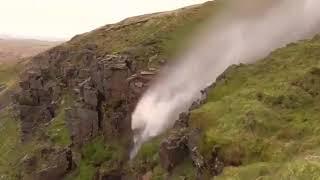 La cascata sale invece di scendere: la forza spaventosa dell'uragano Ophelia