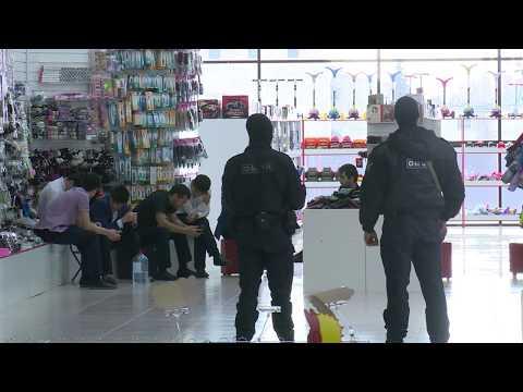 25 мигрантов торговали и жили в торговом центре в Твери