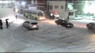 【警察】【ウン漏れ】豪雪の都内にノーマルタイヤでのこのこ出て来た馬鹿を救う警察官 thumbnail