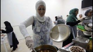 أم سورية ترفض تعلم الطبخات الغربية وتترك المهمة لبناتها - موائد رمضان