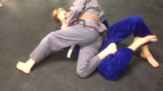 Knee cut guard pass variation