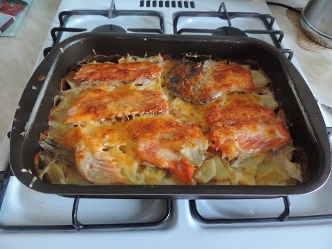 Как вкусно запечь картофель с рыбой.