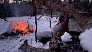 NO TENT WINTER CAMṖING in the MOUNTAINS - EMERGENCY SHELTER - BUSHCRAFT - SUBZERO OVERNIGHT SOLO