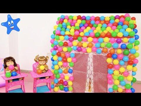Ani y Ona llenan su casa de juguete de bolas de colores