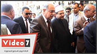 """بالفيديو رئيس الوزراء يغادر مسجد الحسين عقب أداء صلاة الجمعة وطفل يهتف """"السيسى"""""""