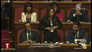"""Fiducia, Lucia Borgonzoni esibisce in Senato una maglietta """"Parliamo di Bibbiano"""""""