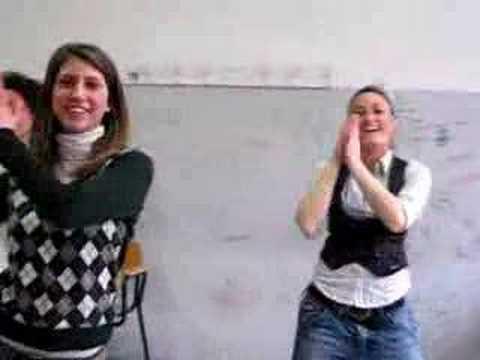 Ragazze di scampia ballano Napul'è dei 99 Posse