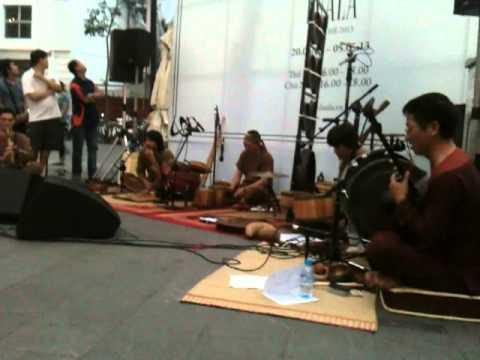 """Luala Concert 2013: """"Ngồi buồn nhớ mẹ ta xưa"""" -  Làng tôi band"""