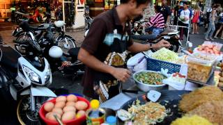 How To Make Pad Thai - A Street Vendor From Bangkok Does It In One Minute