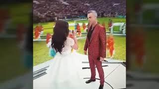 Британский певец Робби Уильямс показал неприличный жест на открытие ЧМ-2018
