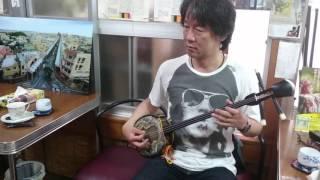 照屋林助三線店にて、林次郎製作の江戸ゆなー型三線を弾いてくれました...