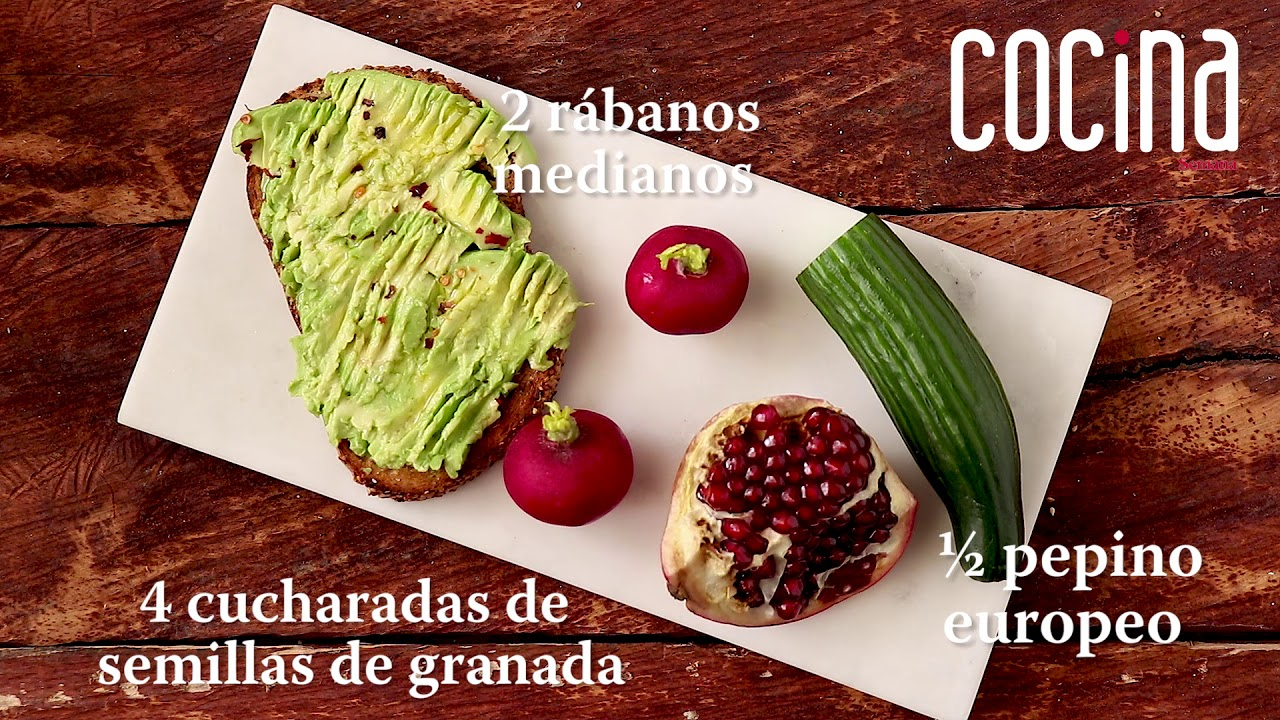 Tostadas con aguacate y toppings