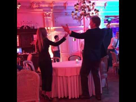Дмитрий Песков танцует с дочерью
