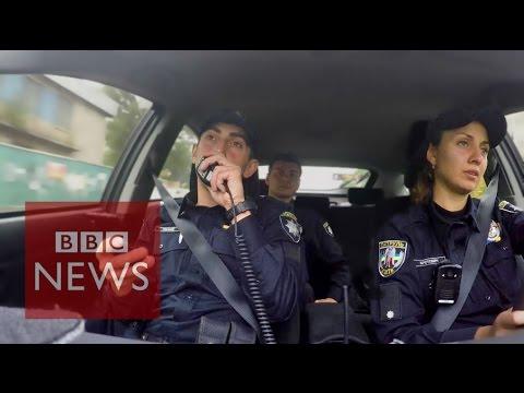 Patrullando con nueva fuerza de policía de Kiev – BBC News
