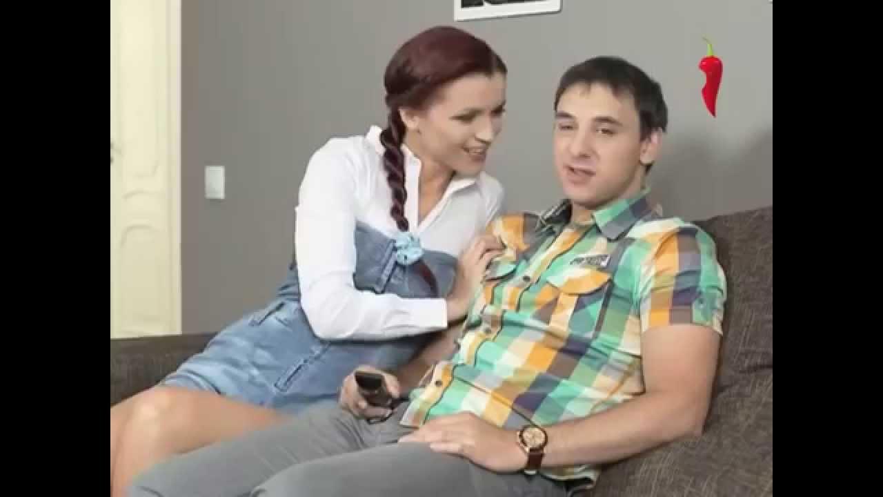 девочка заигрывает с парнем видео