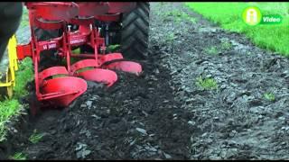 Gyakorlati gépbemutatón a Pöttinger és az Armatrac traktorok