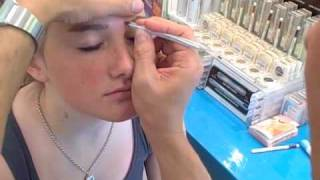 Easy Brow Clean-up Quick tip Thumbnail