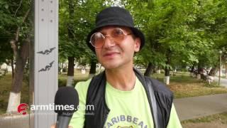 Երաժիշտ Գևորգը նվագում է փողոցում, որ իր հայկական տունը չչորանա