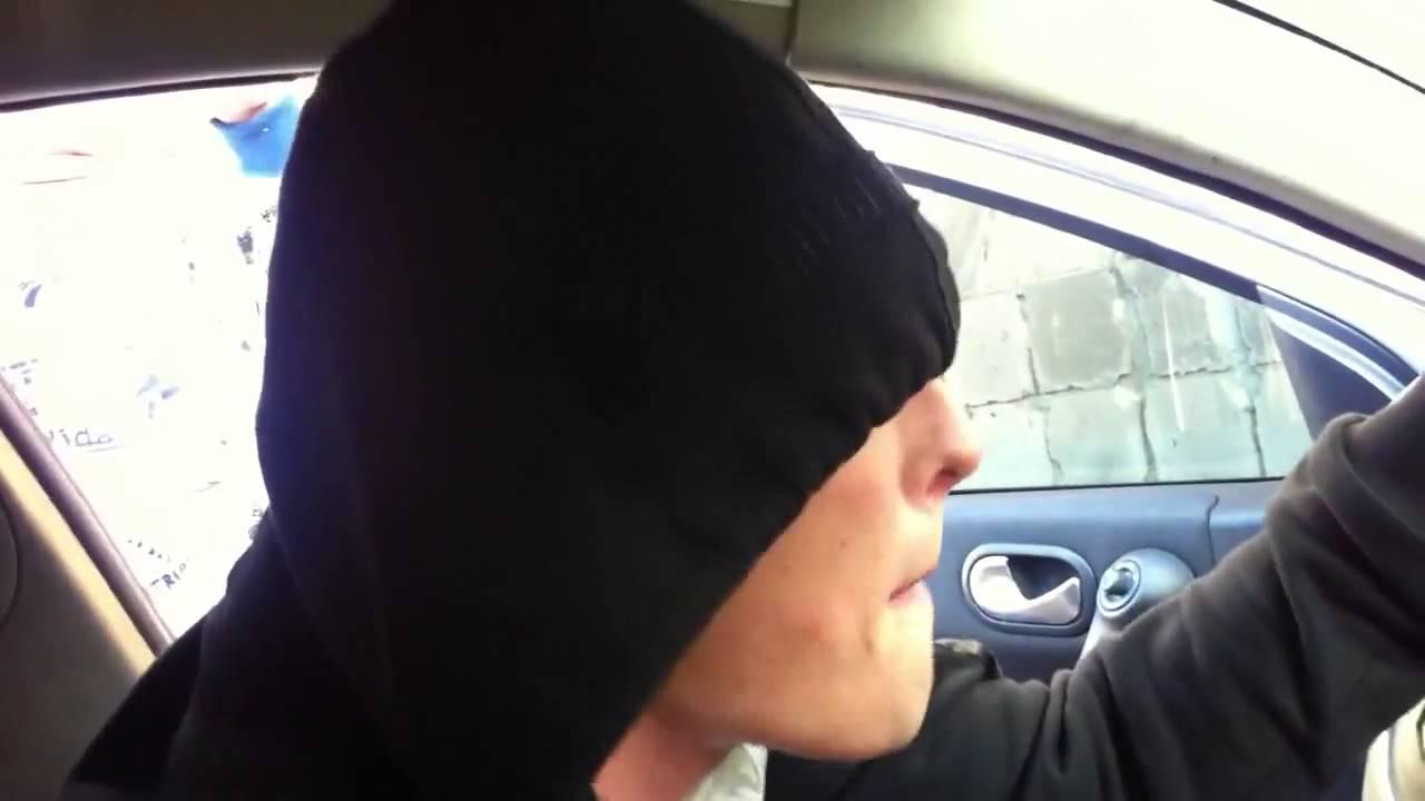 В машине парень мастурбирует