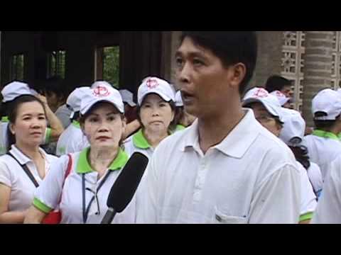 Linh muc Nguyen Sang phat qua cuu tro nguoi ngheo 06