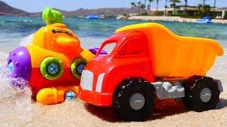 Видео про машинки на пляже. Игрушечный конструктор Подводная Лодочка(Вы смотрели мультик Грузовичок Лёва? Давайте в него поиграем! Возьмем на прогулку игрушечный грузовичок..., 2016-06-25T17:26:32.000Z)