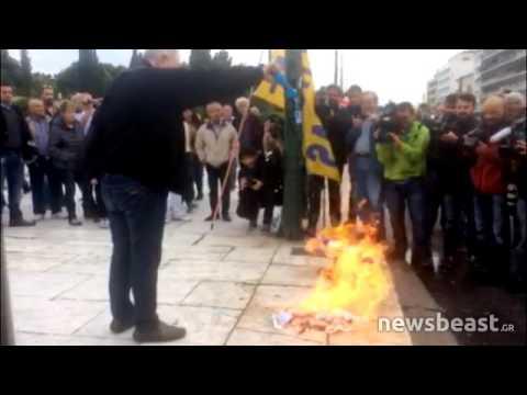Newsbeast.gr - Διαδηλωτής έκαψε σημαία του ΣΥΡΙΖΑ στο Σύνταγμα